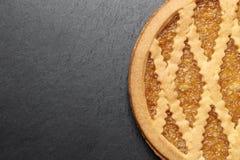 Heerlijke cake met jam op de achtergrond van de leiplaat stock afbeeldingen