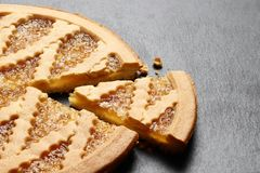 Heerlijke cake met jam op de achtergrond van de leiplaat royalty-vrije stock afbeeldingen