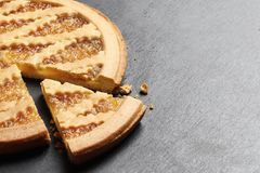 Heerlijke cake met jam op de achtergrond van de leiplaat royalty-vrije stock foto's