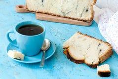 Heerlijke cake met papaverzaden en zwarte theeclose-up Stock Fotografie