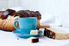 Heerlijke cake met papaverzaden en zwarte theeclose-up Royalty-vrije Stock Afbeelding