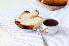 Heerlijke cake met papaverzaden en zwarte theeclose-up Stock Foto