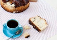 Heerlijke cake met papaverzaden en zwarte theeclose-up Royalty-vrije Stock Foto's