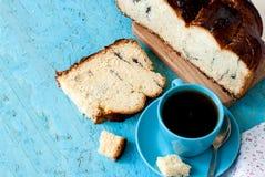 Heerlijke cake met papaverzaden en zwarte theeclose-up stock afbeeldingen
