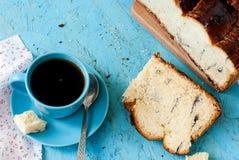 Heerlijke cake met papaverzaden en zwarte theeclose-up Stock Afbeelding