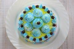 Heerlijke cakeplak op een blauwe en witte plaat met chocoladeballen stock afbeelding