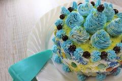Heerlijke cakeplak op een blauwe en witte plaat met chocoladeballen stock afbeeldingen