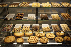 Heerlijke cakes in een banketbakkerij stock afbeelding
