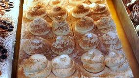 Heerlijke cakes op het winkelvenster stock video