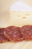 Heerlijke camembert en salami Royalty-vrije Stock Fotografie