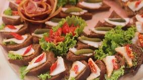 Heerlijke Canapes en Snacks bij het Huwelijksbanket stock footage