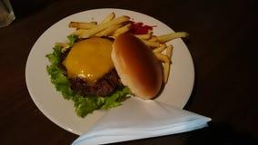 Heerlijke cheeseburger! Stock Foto