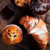 Heerlijke Chocolade cupcakes, croissants en donkere chocolade piec Royalty-vrije Stock Afbeeldingen