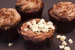 Heerlijke chocolade cupcakes met witte chocoladekrullen Stock Foto