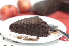 Heerlijke chocoladecake met Koffiebonen in witte plaat Royalty-vrije Stock Afbeelding