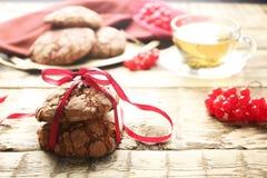 Heerlijke chocoladekoekjes met lint Royalty-vrije Stock Afbeelding