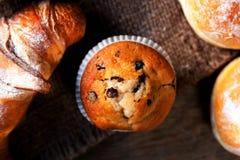 Heerlijke Chocolademuffins, croissants en donker chocoladestuk Royalty-vrije Stock Fotografie