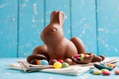 Heerlijke chocoladepaashaas, eieren en snoepjes Stock Afbeelding