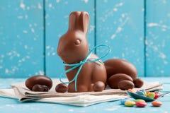 Heerlijke chocoladepaashaas, eieren en snoepjes Royalty-vrije Stock Fotografie