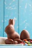 Heerlijke chocoladepaashaas, eieren en snoepjes Royalty-vrije Stock Afbeelding