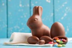 Heerlijke chocoladepaashaas, eieren en snoepjes Royalty-vrije Stock Foto's