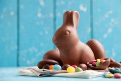 Heerlijke chocoladepaashaas, eieren en snoepjes Stock Afbeeldingen