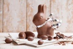 Heerlijke chocoladepaashaas en eieren Stock Afbeelding