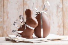 Heerlijke chocoladepaashaas en eieren Stock Foto