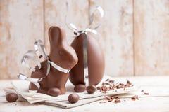 Heerlijke chocoladepaashaas en eieren Royalty-vrije Stock Foto