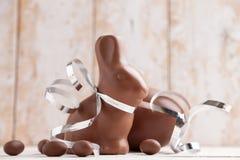 Heerlijke chocoladepaashaas en eieren Royalty-vrije Stock Afbeeldingen