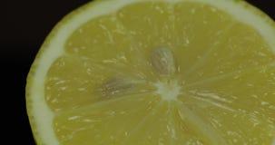 Heerlijke citroen die voor het drukken van vers sap wordt gesneden Halve citroen stock videobeelden