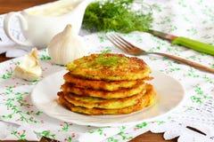 Heerlijke courgettefritters op een plaat Royalty-vrije Stock Afbeelding