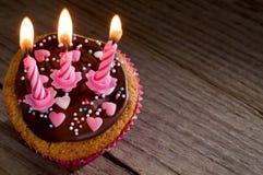 Heerlijke cupcake met chocolade en kaarsen Royalty-vrije Stock Foto