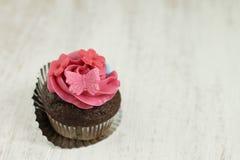 Chocolade en framboos cupcake Stock Fotografie