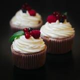 Heerlijke cupcakes met bessen royalty-vrije stock foto
