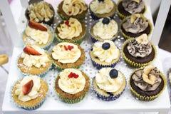 Heerlijke cupcakes met buttercream en vruchten Stock Foto's