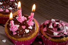 Heerlijke cupcakes met chocolade en suikerharten Stock Afbeelding