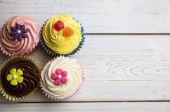 Heerlijke cupcakes op een lijst Royalty-vrije Stock Foto's