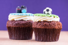 Heerlijke cupcakes op lijst Stock Afbeelding