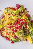 Heerlijke de zomer verse en gezonde ceasar salade met frambozen, productfotografie voor restaurant stock foto