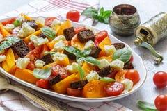 Heerlijke de zomersalade van gele en rode tomaten, croutons, kaasmozarella, Basilicum Royalty-vrije Stock Afbeeldingen