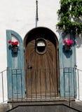 Heerlijke deur met potten van bloemen in Oberammergau in Duitsland Stock Afbeelding