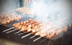 Heerlijke die kebabs op de grill in de zomer worden gekookt stock foto