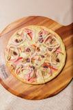Heerlijke die pizza op houten plaat wordt gediend - Imagen stock foto
