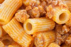 Heerlijke die plaat van macaroni met tomaat wordt gediend Royalty-vrije Stock Fotografie
