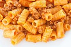 Heerlijke die plaat van macaroni met tomaat wordt gediend Stock Afbeelding