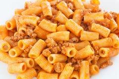 Heerlijke die plaat van macaroni met tomaat wordt gediend Stock Foto