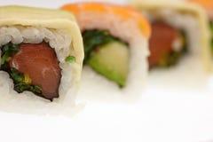 Heerlijke die sushi op witte achtergrond worden geïsoleerd Royalty-vrije Stock Afbeeldingen