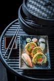 Heerlijke die sushimengeling van verse groenten en zeevruchten wordt gemaakt royalty-vrije stock afbeeldingen