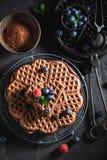 Heerlijke die wafels van cacao met verse bessen worden gemaakt royalty-vrije stock afbeelding